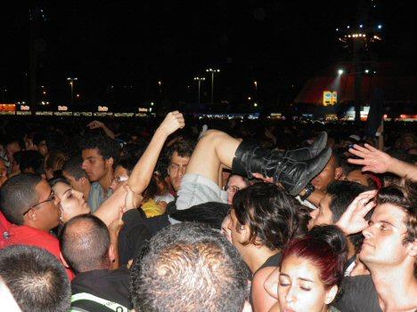Rock in Rio: Fan wird aus Menge herausgezogen
