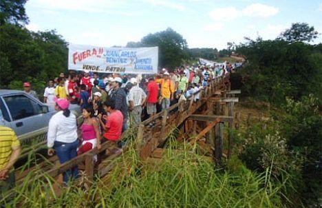 Protest-an-der-Brücke-über-den-Rio-Tebicuarymi