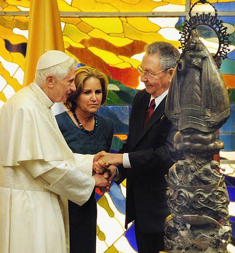 Cardenal Bertone en el Consejo de Estado con Machado.