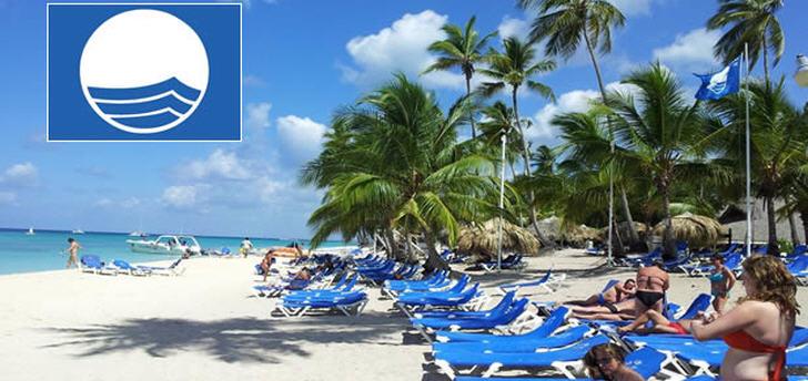 Blaue Flagge weht am Strand der Dominicus-Lagune