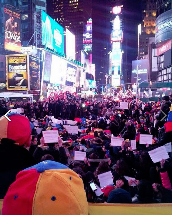 studentenproteste in venezuela hunderte demonstrieren auf dem times square in new york. Black Bedroom Furniture Sets. Home Design Ideas