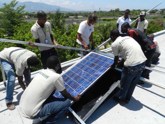 NPH_Haiti_2013_Montage-der-ersten-Panele-St.Damien