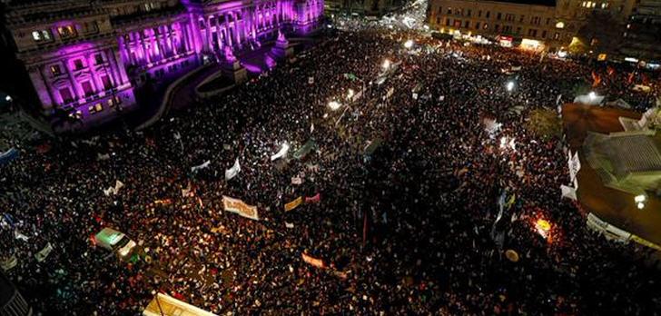 """Nach Schätzungen der argentinischen Nachrichtenagentur """"Telam"""" nahmen im Juni 2015 mehr als 200.000 Menschen an den Märschen teil"""