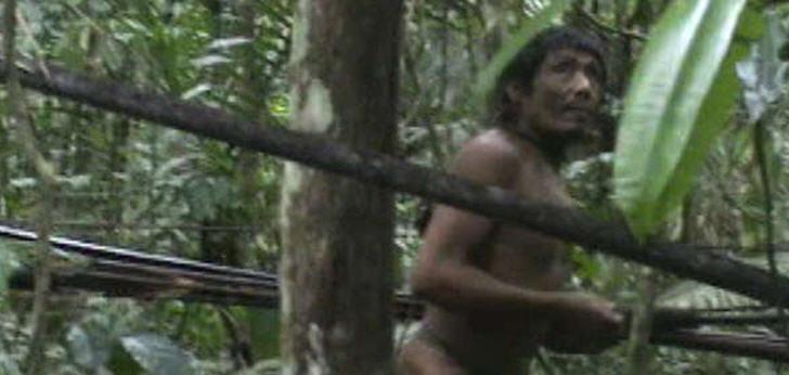 Die letzten Angehörigen der Kawahiva sind gezwungen, auf permanenter Flucht zu leben. Ein Standbild aus Filmmaterial, das eine brasilianische Behörde bei einer zufälligen Begegnung aufnahm