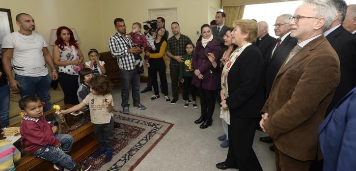 Chiles Präsidentin Michelle Bachelet begrüßte während einer Zeremonie am Flughafen in Santiago de Chile insgesamt 14 syrische Familien